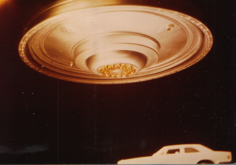 Billy Meier le charlatan suisse et ses canulars photos - Page 2 Wedding_Cake_Bottom_close_up_2+car