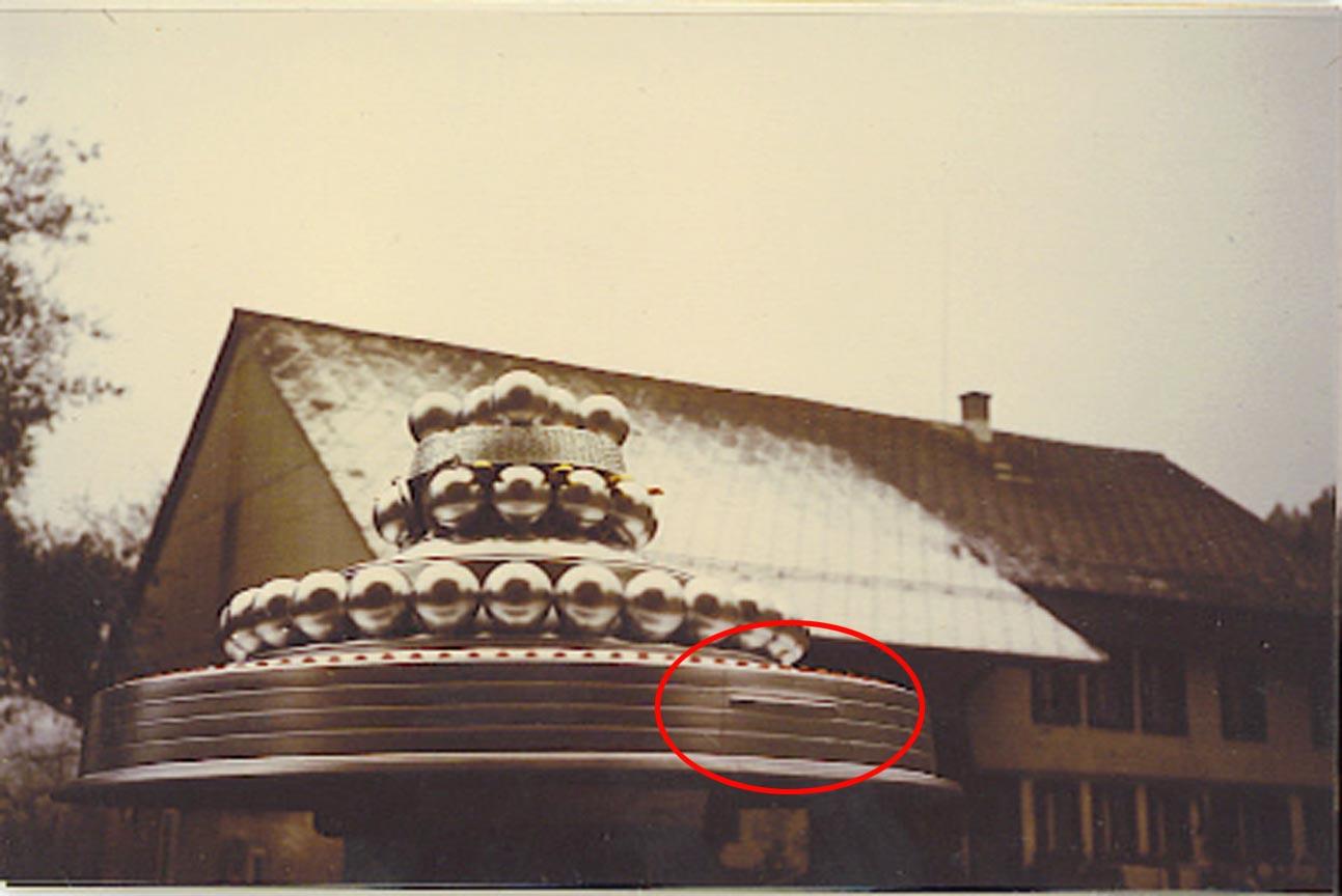 http://thebiggestsecretpict.online.fr/ufo/Wedding_Cake_infront_house_B_L+highl.jpg